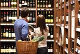 junges Paar kauf in Weinhandlung ein