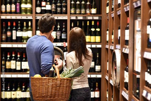 junges Paar kauf in Weinhandlung ein - 81394593