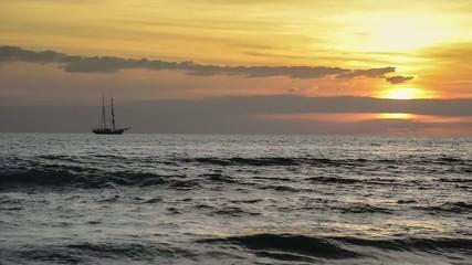 tramonto sul mare con veliero