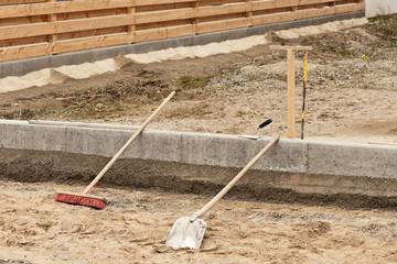Strassenbau - Wegebau - verschiedene Werkzeuge liegen umher