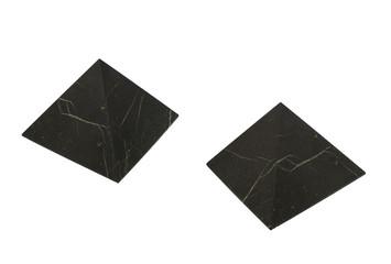 Минерал Шунгит в виде пирамиды. Изолированное изображение.