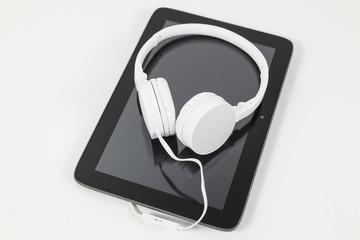 weiße kopfhörer auf tablet