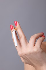 Hand mit durchgebrochener Zigarette
