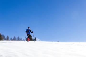 Escursionista con ciaspole su neve