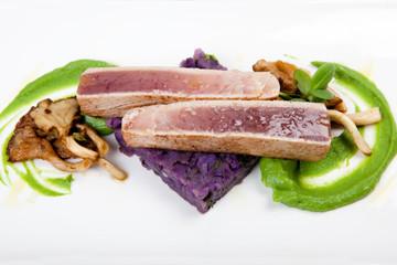 Filet von Thunfisch mit Kartoffeln, Erbsenpüree, Seitlinge