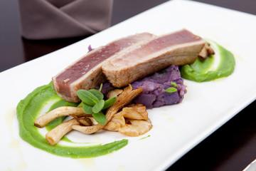 Thunfisch mit Erbsenpüree, Kartoffeln und Seitlingen