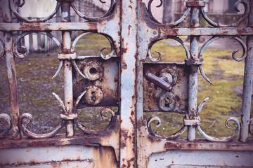 vieux portail rouillé