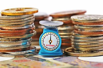 日本円の価値を量っている様子