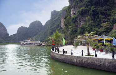 Вьетнам. Пристань в бухте Халонг.