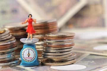 お金に囲まれて喜んでいる女性