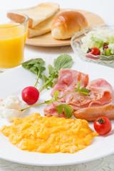 スクランブルエッグの朝食