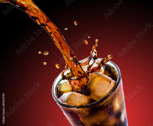 Cola with ice - 81424793