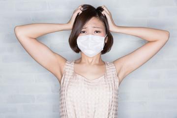 ショック マスクをする若い女性