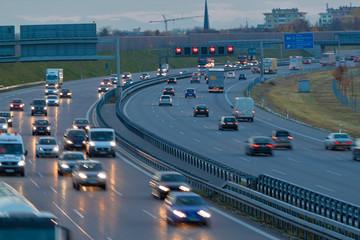 Autos auf Autobahn bei Nacht