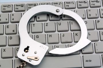 Handschellen auf Computer Tastatur