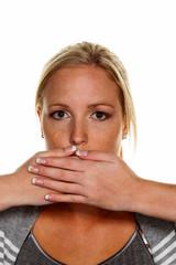 Frau hält sich den Mund zu