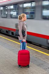 Frau wartet auf Zug auf Bahnhof