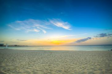 isole caraibiche di polinesia con palme e tramonto