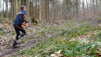 Crossläufer auf einem Pfad im Wald