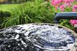 Leinwanddruck Bild - Wasserpumpe im Garten