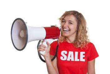 Blonde Frau im Sale-Shirt mit Megafon