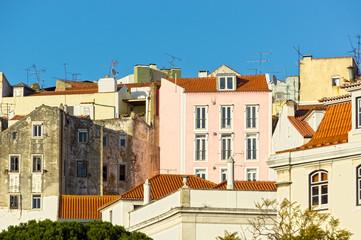 Hausfassaden der Altstadt von Lissabon