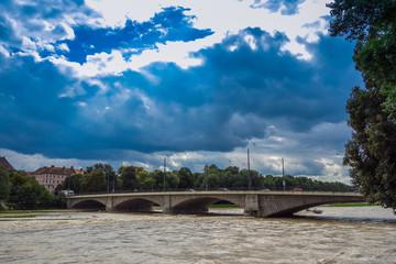 Isar bei München als reißender Strom mit Hochwasser