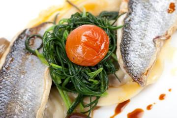 Wolfsbarsch Filet mit Ravioli, Oliven, Gemüse