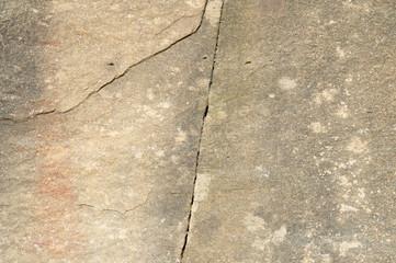Sandstein Gehwegplatte mit Rissen