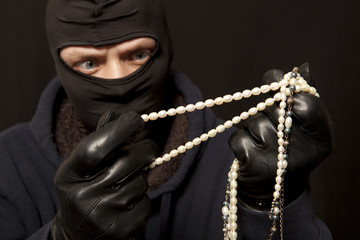 Thief with a pearl necklace