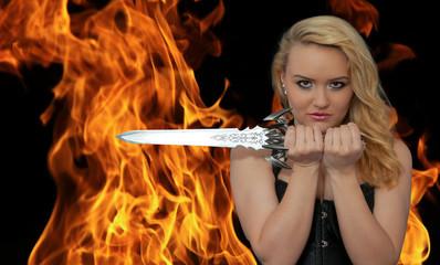 Attraktive blonde Frau mit Schwert