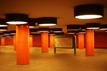 Tunnel und Durchgang mit Säulen