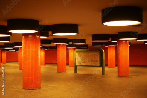Staande foto Tunnel Tunnel und Durchgang mit Säulen