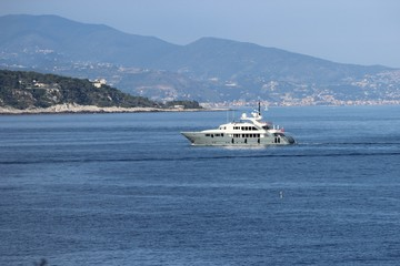 Яхта в бухте у Монако