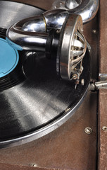 Old gramophone needle and vinyl
