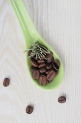 кофейные зерна в ложке
