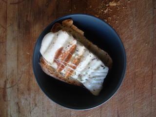 pane grigliato e mozzarella