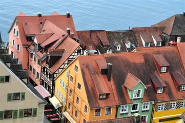 Blick auf Hausdächer mit Bodensee