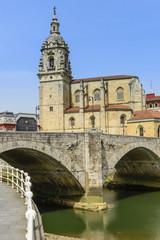 Iglesia y puente de San Antón, Bilbao (España)