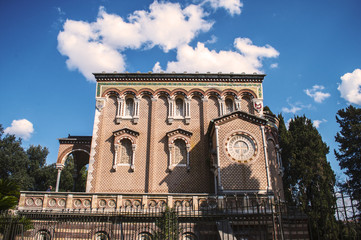 Chiesa con campanile e cappella funeraria