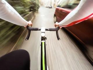 ciclista nel traffico della citta