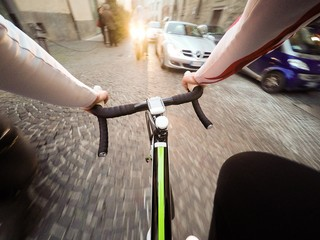 uomo in bicicletta nel traffico della città