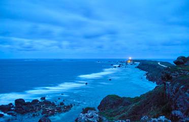 早朝の曇り空の岬