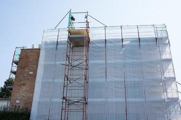 Cantiere edilizio palazzo, ponteggi sicurezza, edilizia
