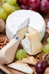 Camembert, grapes and crackers, close-up