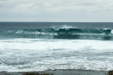 波の立つ青い海