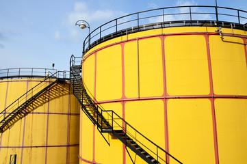 Große Öltanks mit Stahlstiegen