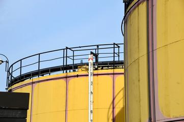 Große Öltanks mit Messlatte