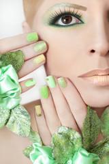 Зелёный макияж и маникюр.