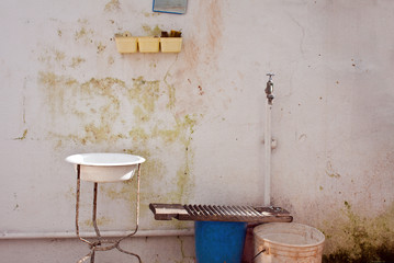 antico lavabo in giardino. Salento